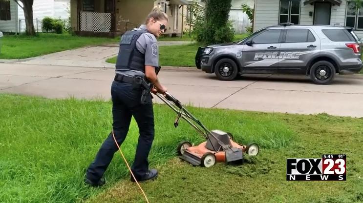 Oklahoma cop mows lawn for elderly man